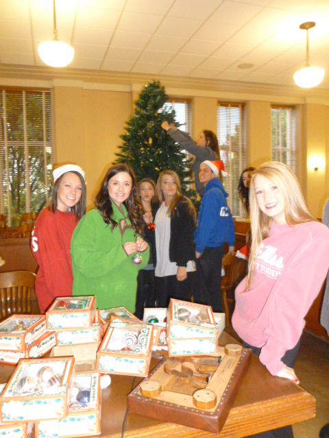 Rockwall High Student Council members decorate downtown courthouse