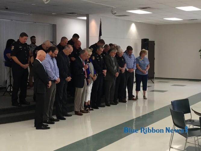 Rockwall mourns fallen officers of Dallas shooting through prayer