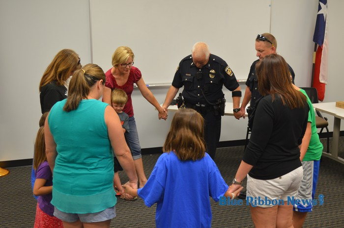 Lake Pointe Church moms, kids hold prayer circle for Rockwall officers