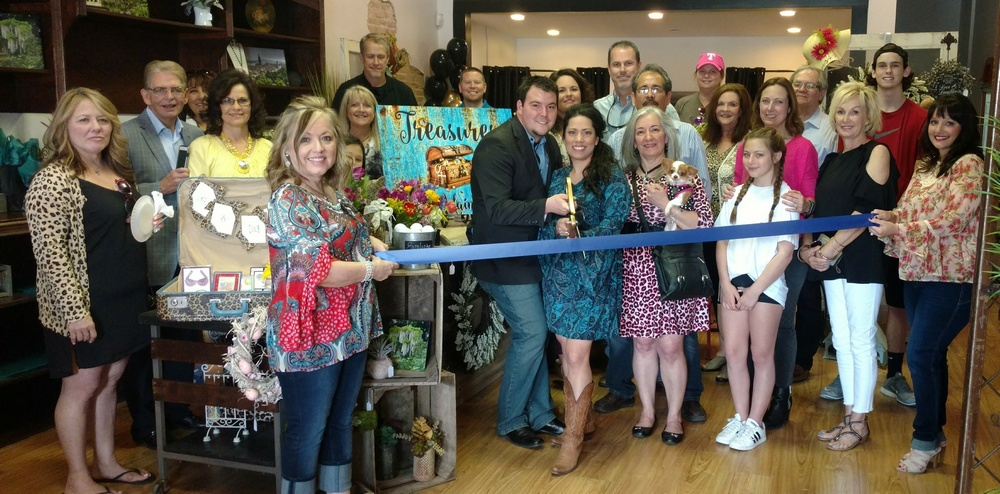 Royse City Chamber holds ribbon cutting for Treasures on Main St.