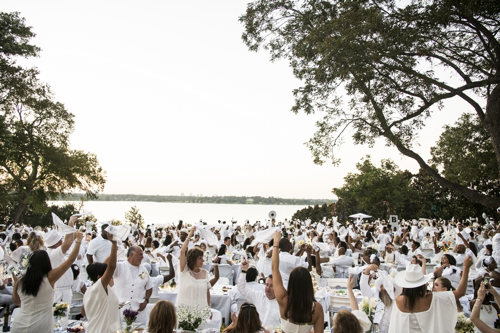 Diner en Blanc hosts 2,500 at Dallas Arboretum